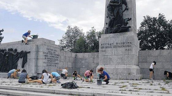 Mladí uklízeli památník hrůz.