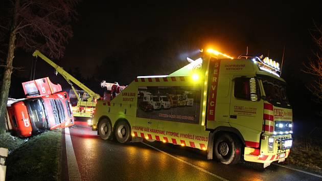 Dopravní nehoda nákladního vozidla zablokovala v noci na středu provoz na silnici první třídy mezi Lišovem a Českými Budějovicemi.