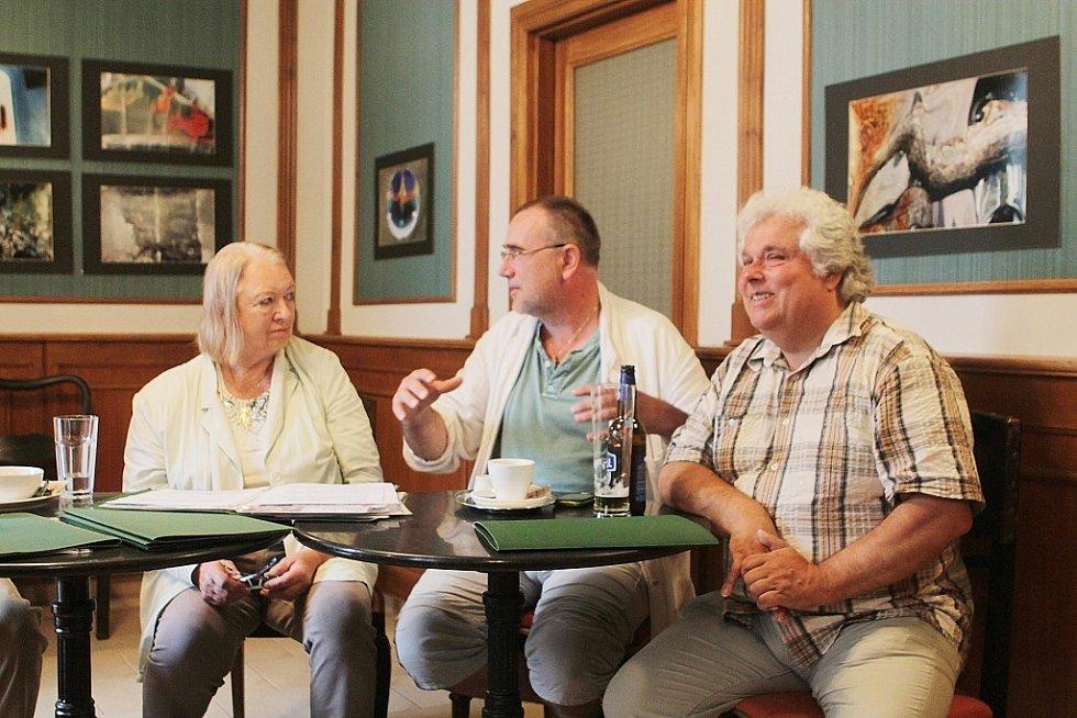 V Netolicích na Prachaticku se rozjíždí nová kulturní kavárna Café Harlequin. Na snímku zleva majitelka Christine Gerstmaier, malíř Jaroslav Platil a starosta Netolic Oldřich Petrášek.
