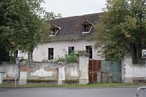 V katastrofálním stavu je zámek na návsi v Neznašově. Již dlouhá léta chátrá a je navíc nezabezpečený.