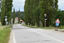 Železniční přejezd mezi Kněžskými Dvory a Hrdějovicemi.