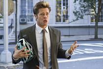 Černá špionážní komedie nabízí přehlídku hollywoodských hvězd. V překvapivé roli  prosťáčka se představí Brad Pitt (na snímku).