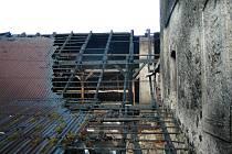 Střecha pivovaru po požáru.