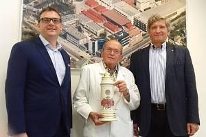 Ikona Budějovického Budvaru pivovarský mikrobiolog Jan Šavel (uprostřed) se současným ředitelem pivovaru Petrem Dvořákem (vlevo) a jeho předchůdcem Jiřím Bočkem.