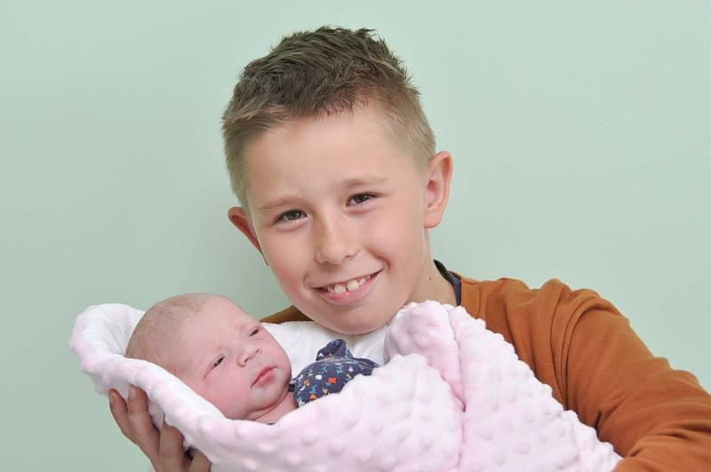 Nela Šeflová ze Strakonic. Rodiče Eva a Petr se radují z narození dcery, která přišla na svět 21. 9. 2021 v 1:03 hodin. Při narození vážil 2970 g. Doma se na sestřičku těšil Tomáš (10).