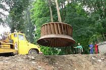 Ze Stecherova mlýna stěhovali ve středu Francisovu turbínu. Čeká ji renovace.