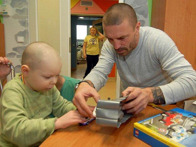 Tomáš Řepka před Vánoci navštívil děti na onkologii ve Fakultní nemocnici v Olomouci a předal jim spoustu dárků.
