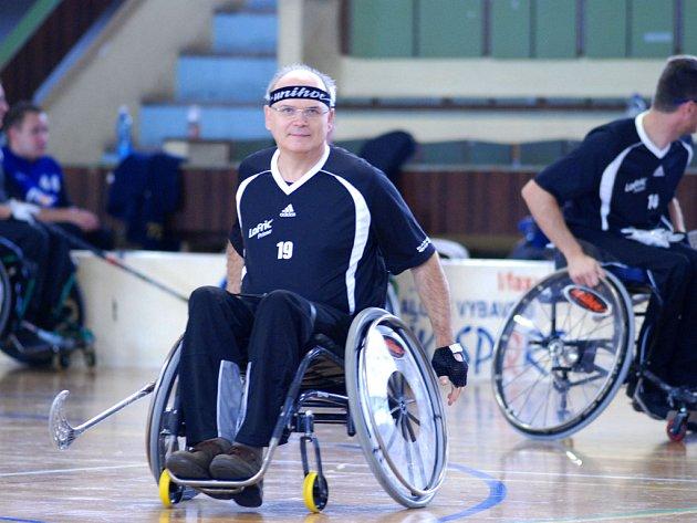 Čechošvéd Karel Reif  byl členem vítězného týmu Grif Invalids, který bez porážky prošel mezinárodním florbalovým turnajem vozíčkářů v Třeboni.