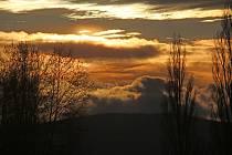Západ slunce na rybníku Dehtář v sobotním podvečeru.