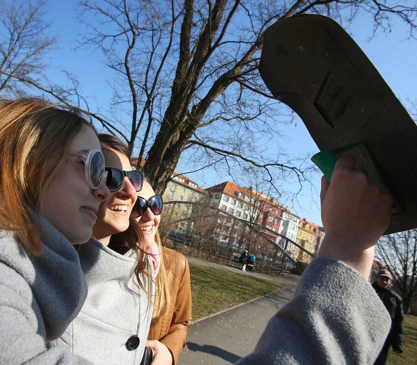 V pátek dopoledne sledovaly celé Budějovice částečné zatmění Slunce.