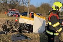Tragická nehoda na přejezdu u Nedabyle. Při střetu auta s vlakem vyhasl lidský život.