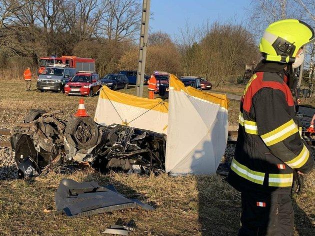 Tragická nehoda na přejezdu uNedabyle. Při střetu auta svlakem vyhasl lidský život.