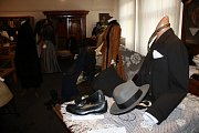 Výstava Ze starých šatníků a truhel v Městském muzeu v Týně nad Vltavou ukazuje, jak se měnila móda od poloviny 19. do poloviny 20. století.
