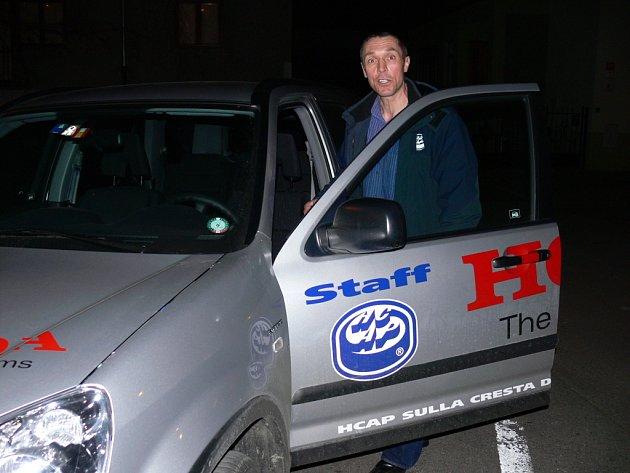 V Ambri kouč Jan Tlačil řídí služební hondu s logem klubu.