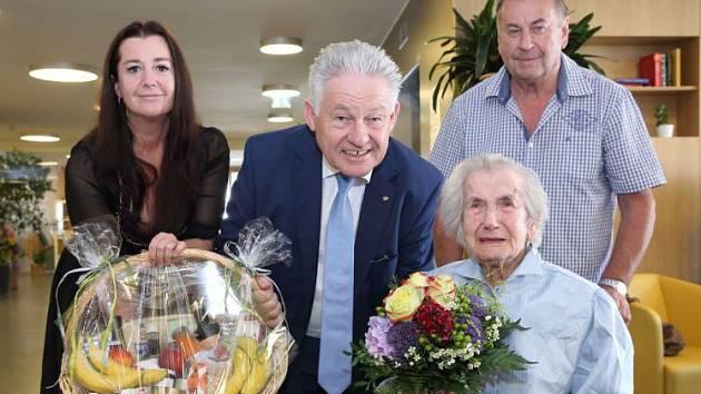 Anna Wiesmayrová s rodinou a hejtmanem.