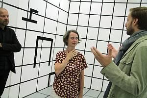 Dům umění v Českých Budějovicích nabízí první interaktivní výstavu ve své historii s názvem Pokoje – možnosti prostoru. Dětem přiblíží hravou formou architekturu. Na snímku uprostřed architektka Marcela Steinbachová.