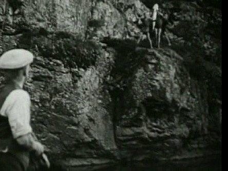 V jižních Čechách se natáčel film Dobrodružství na Zlaté zátoce.  Říční skály byly natáčeny nejen u Rájova, ale také v kaňonu Židovy strouhy na Bechyňsku. Právě odsud je scéna s chycením velké štiky. Vlevo úlovek kluků sleduje herec Vladimír Hlavatý.