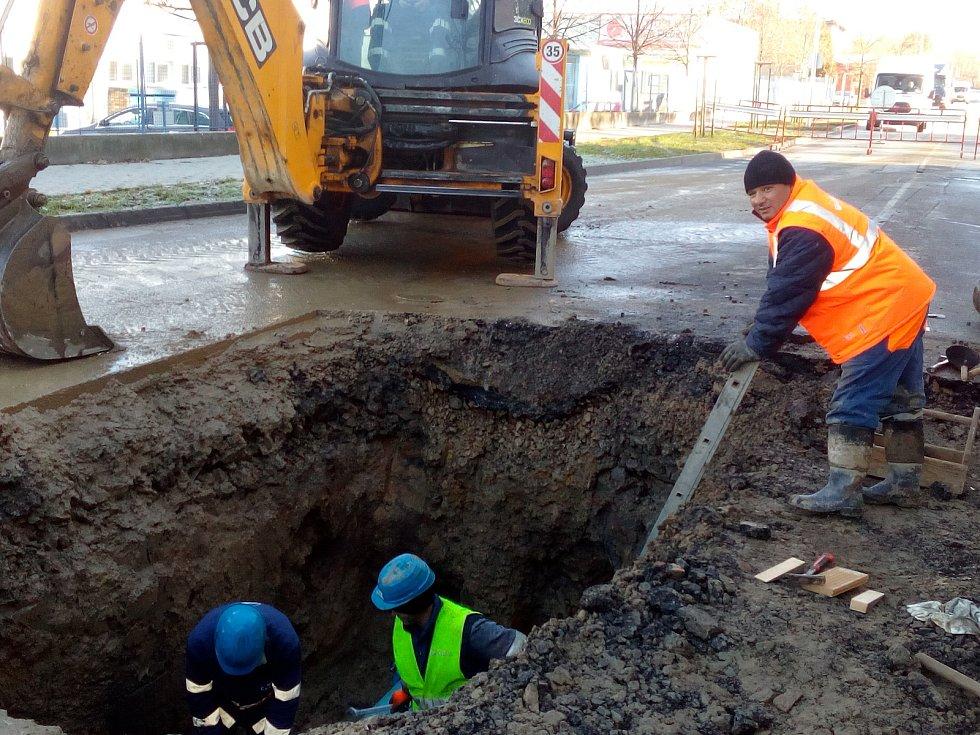 Odpoledne má být oprava vodovodního řadu dokončena a ulice Vrbenská zprůjezdněna.