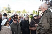 Na povídání o historii hřbitova v Mladém a Hardtmuthovy hrobky dorazilo přes třicet milovníků budějovických dějin z řad čtenářů Deníku. Se zaujetím poslouchali znalce budějovických dějin Jana Schinka.