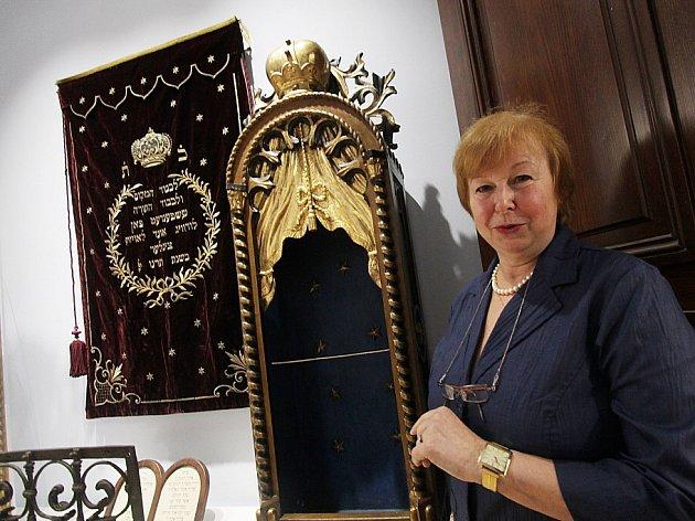 Jihočeské muzeum otevře 28.října novou stálou expozici Příběh města Českých Budějovic. Tři sály zaplní přes tisíc předmětů. Na snímku jedna zautorek expozice, Nora Jelínková, voddílu věnovaném židovské komunitě ve městě.