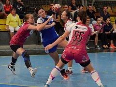 DOMA sehrál Písek se Šalou dobrou partii. Katarinu Poczikovou (v modrém) se snaží při střelbě zastavit zleva Kateřina Talafousová, Veronika Michková a Dominika Bullová.
