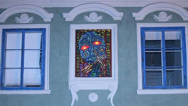Madona Michala Singera na fasádě krumlovského Egon Schiele Art Centra.