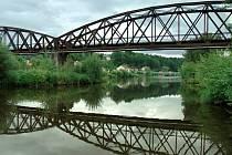 Historickou hodnotu bude mít zanedlouho i tento novodobý  snímek železničního mostu v Boršově nad Vltavou.