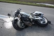 Smrtí skončila nehoda motocyklu Suzuki GSX 100 a Renaultu Mégane u Sedlíkovic. Viník zemřel, druhý účastník se zmrzačil.