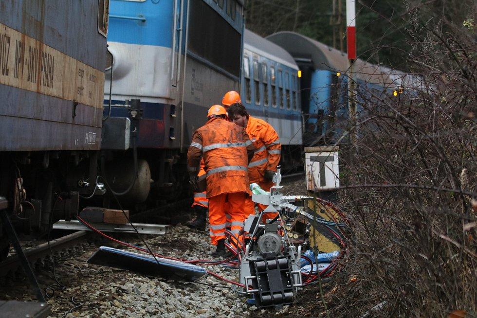 Práce na nakolejení vykolejeného rychlíku Rožmberk u stanice Hluboká nad Vltavou - Zámostí.
