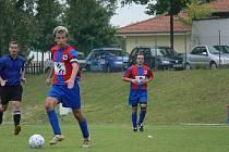 Kapitán Miroslav Račák (u míče) dal v minulém kole gól, zatímco mládský Milan Plachta (vzadu) Borovanům na podzim v I. B třídě chybí.