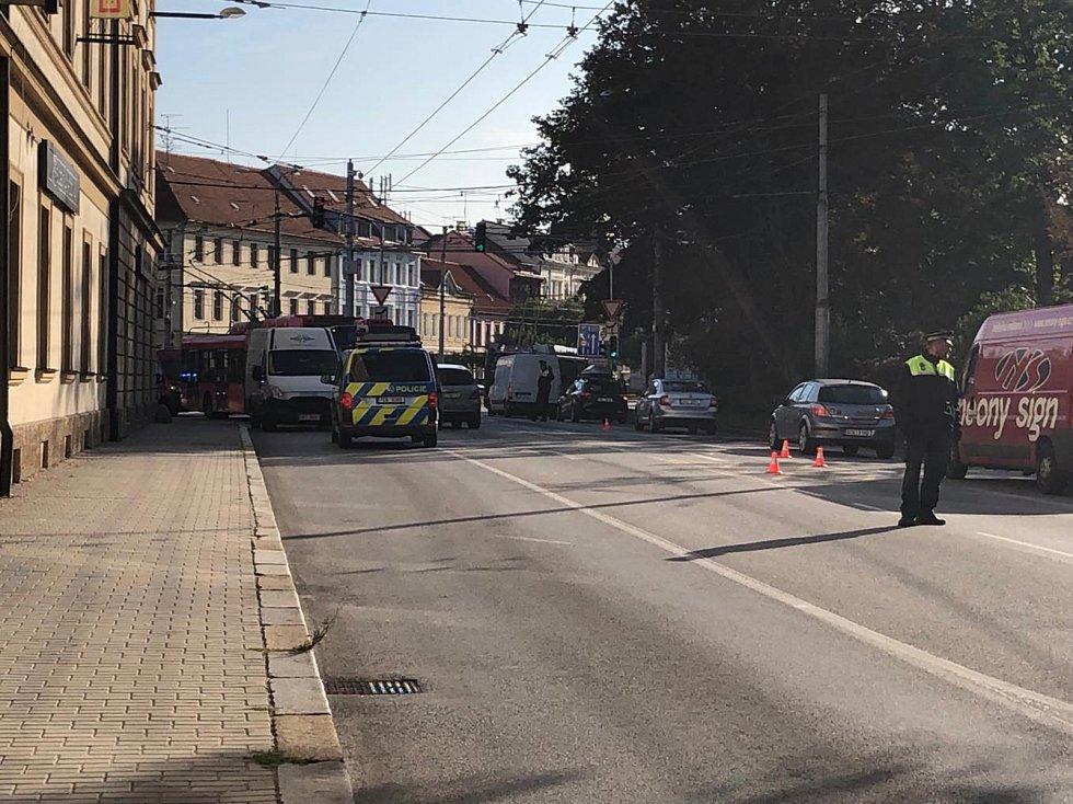 Čtvrteční ranní nehoda trolejbusu a dvou aut na českobudějovickém Mariánském náměstí zkomplikovala dopravu.