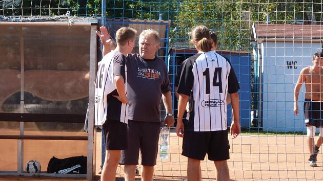 Trenér Hanzálek při práci s týmem.