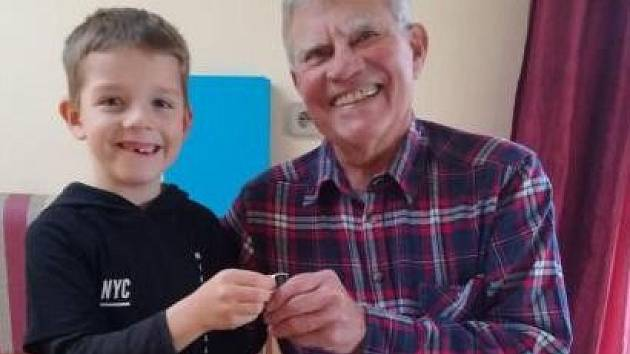 Nálezce a šťastný dědeček.