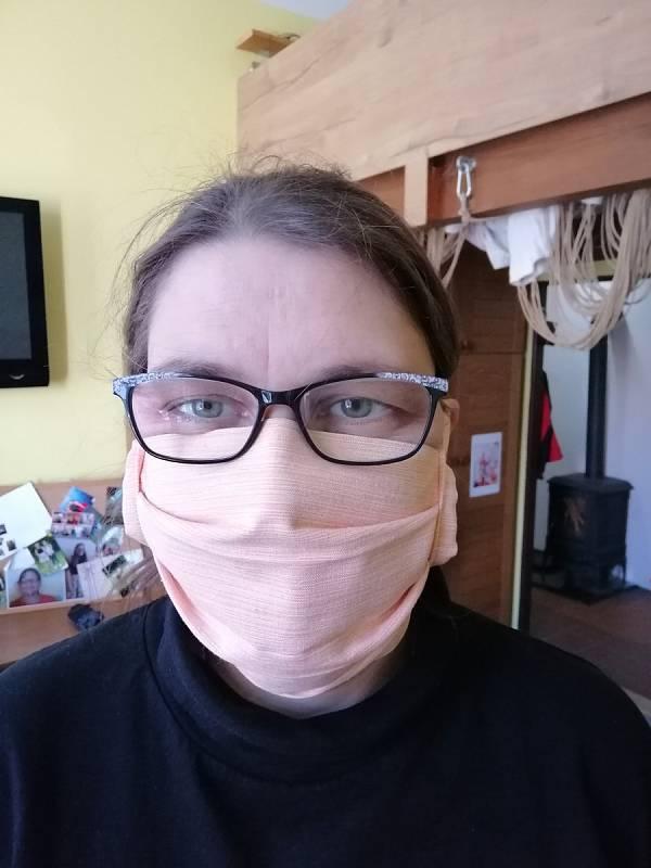 Kateřina Součková z Budějovic vyrábí doma roušky pro své blízké.