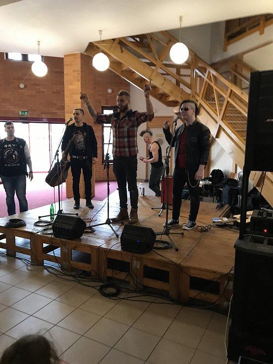 Klientům centra Arpida pro rehabilitaci osob se zdravotním postižením zazpívaly před svým koncertem na českobudějovickém výstaviště Rybičky 48. Foto: Ondřej Hellebrant