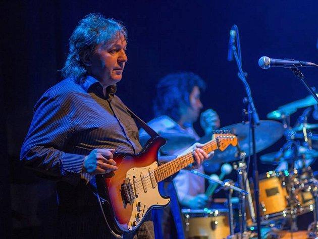 Na čtyřdenní přehlídce strakonické kultury s názvem Strakonice nejen sobě zahraje i kytarista Charlie Blažek.