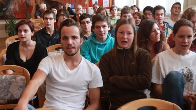 Studenti třeboňského gymnázia držící hladovku.