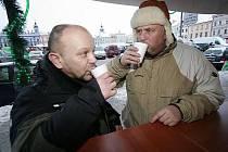 PUNČ NEBO OVOCNÝ ČAJ? Kuchař Petr Stupka (na snímku vlevo) a majitel penzionu a restaurace Jindřich Petřík testovali v pátek kvalitu punčů, které se prodávají na českobudějovickém náměstí.