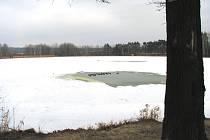 Led se probořil u Hluboké u Borovan téměř uprostřed ale naštěstí v mělčí části rybníka (díra v pozadí).