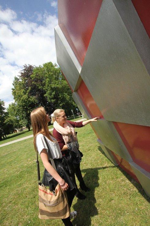 Sochařská výstava Umění ve městě začala v Českých Budějovicích. Zapojilo se 13 autorů, vystavují přes dvě desítky prací. Open air expozice se letos rozšířila do Hluboké nad Vltavou a Veselí nad Lužnicí. Na snímku dílo Die Tankstelle.