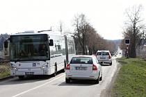 Železniční přejezd mezi Rožnovem a Včelnou.