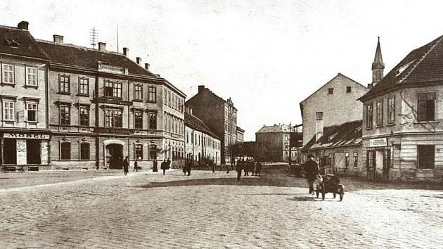 KDYSI: Nároží Senovážného náměstí a Žižkovy třídy před rokem 1904.