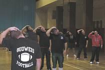 Prozatím mají členové týmu amerického fotbalu na dresech jen nápis BUDWEIS FOOTBALL. O příštím názvu rozhodují pomocí ankety mezi sebou. Snímek je z prvního tréninku v českobudějovické sokolovně.