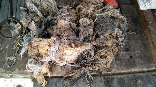 Odpadky, které ucpávají čerpadla přečerpávacích kanalizačních stanic. Mezi nežádoucí materiál patří ve velké míře vlhčené ubrousky z umělých vláken.