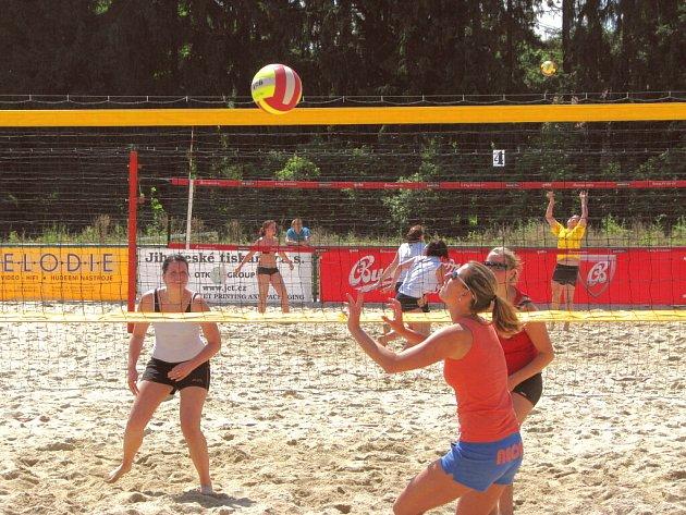 V dnešní době už zdaleka nehrají beachvolejbal jenom profesionální volejbalisté a sportovci například při turnajích (na snímku). Tak zvaně plácnout si beach chodí stále častěji i amatéři jen tak pro legraci.