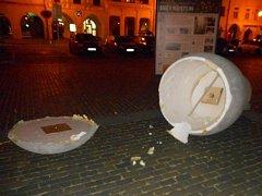 Část sousoší Velkých hlaviček padla v pondělí večer za oběť opileckému řádění dvou dvacetiletých výtržníků.