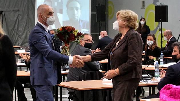 Hejtmanem Jihočeského kraje se stal Martin Kuba (ODS). Na snímku je končící hejtmankou Ivanou Stráskou.
