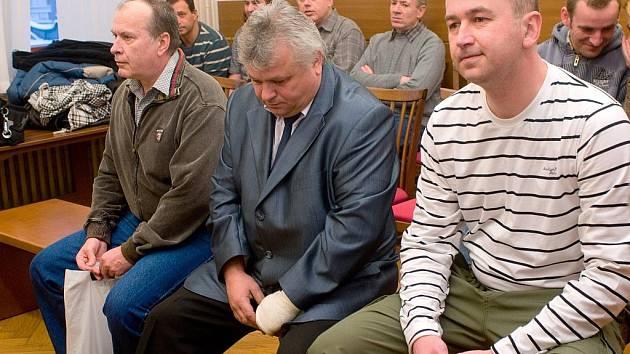 U okresního soudu začalo 26. ledna líčení se třemi policisty. Čelí obžalobě z nedbalosti při vyšetřování výhrůžek Jana Heidingera rodičům, které loni v únoru zavraždil. Zleva policisté Jan Gregor, Jiří Kysela a Pavel Zeman.