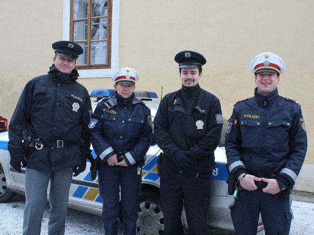 Policisté (zleva) Michal Růzha, Petra Herbst, Lukáš Holub a Karl Hoffbauer na společné hlídce v Českém Krumlově.