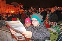 Česko zpívá koledy na českobudějovickém náměstí v roce 2013.